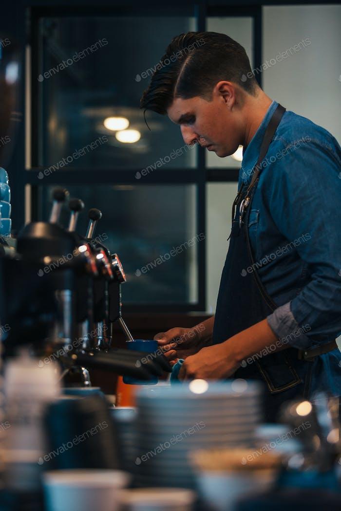 Barista Kaffee zubereiten