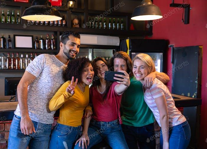 Freunde nehmen Selfies zusammen