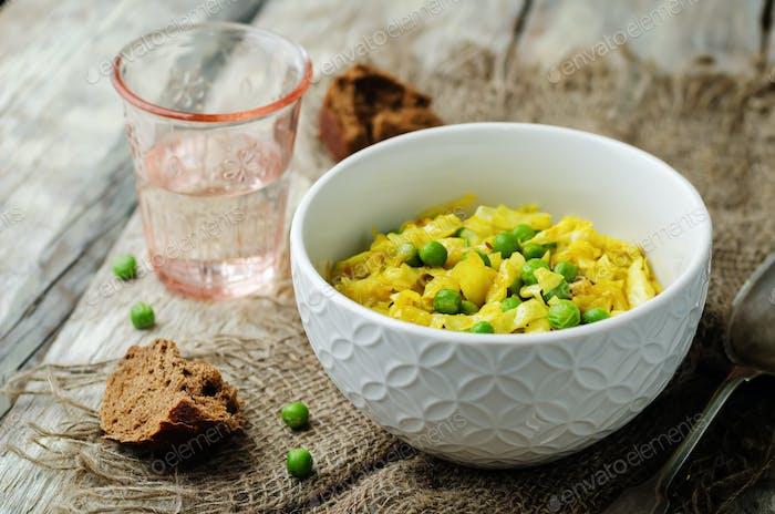 Würziger Kohl mit grünen Erbsen. Indische Küche