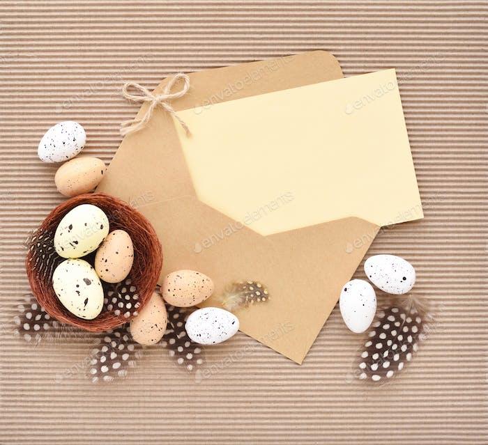 Festlicher Osterhintergrund mit Eiern mit leerem Platz für Ihre gr