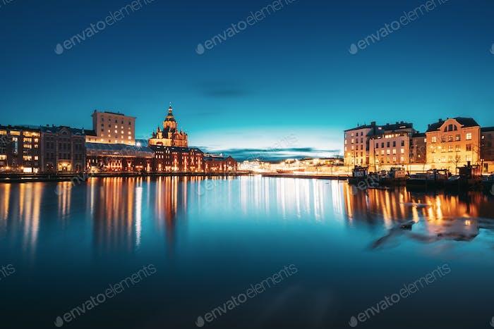 Helsinki, Finnland. Blick auf Kanavaranta Straße mit Uspenski Kathedrale und Pohjoisranta Straße In