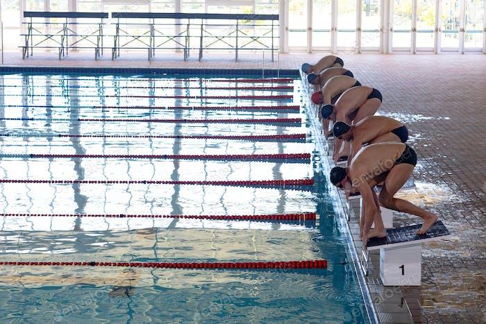 Schwimmer bereit zu stürzen