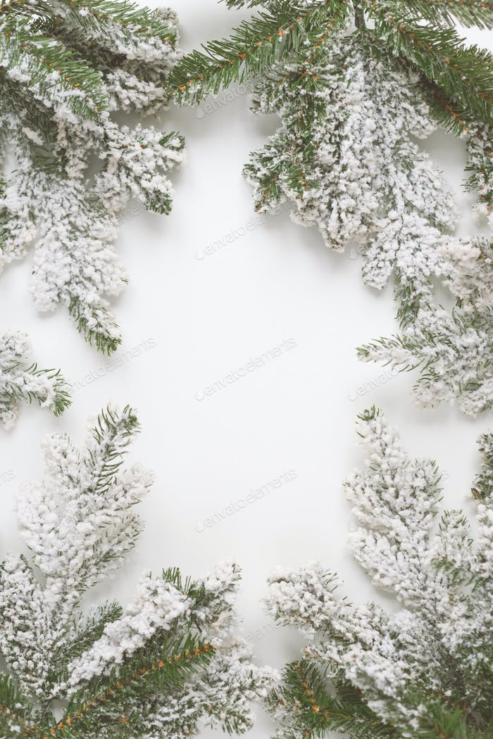 Weihnachten Stillleben. Fichtenzweige bilden einen Rahmen mit weißem Copespace in der Mitte