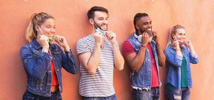 Multirassische Millennial-Freunde lächeln mit Gesichtsmaske - Studenten auf Reisen