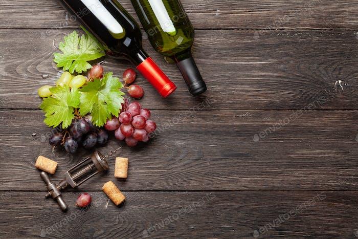 Verschiedene Trauben, Weinflaschen und Korkenzieher