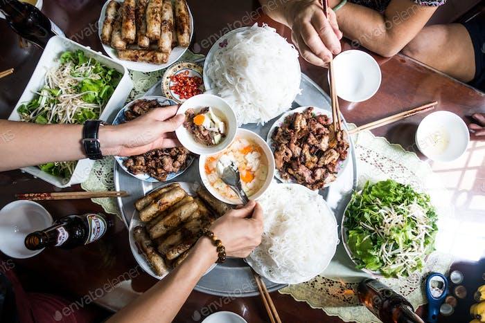 Festmahl mit der Familie auf vietnamesische traditionelle Küche