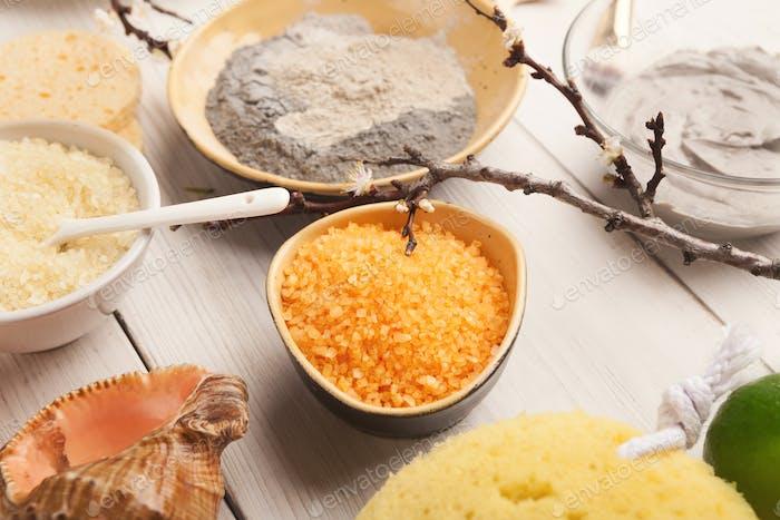 Orangenmeersalz und Gesichtscreme auf weißem Holz