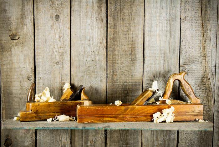 alte Werkzeuge auf einem Holzregal.