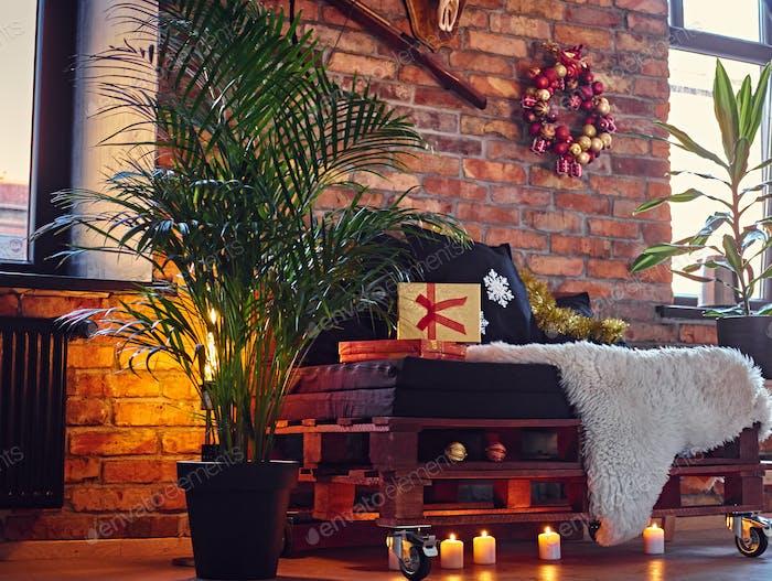 Ein Zimmer mit Weihnachtsdekoration.