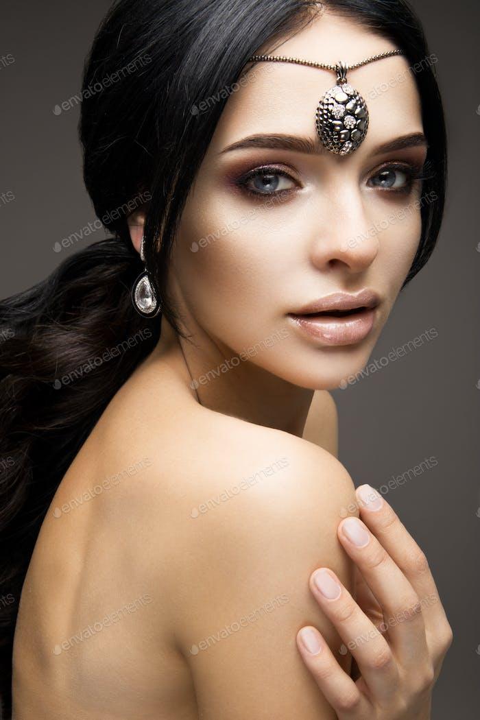 Schönes Modell Brünette mit langen gewellten Haaren