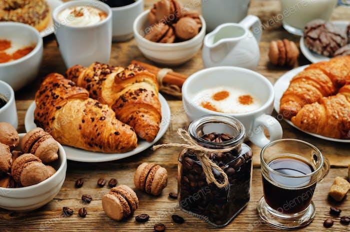 Holz Hintergrund mit verschiedenen Arten von Kaffee und Desserts zu t