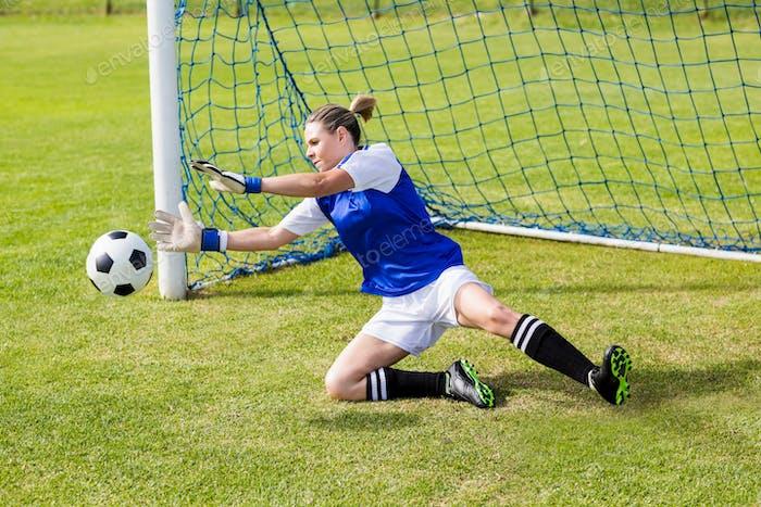 Weibliche Torwart rettet ein Ziel