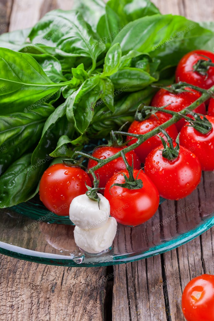 Ingredients for Caprese salad.