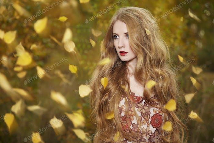 Mode-Porträt einer schönen jungen Frau im Herbstwald