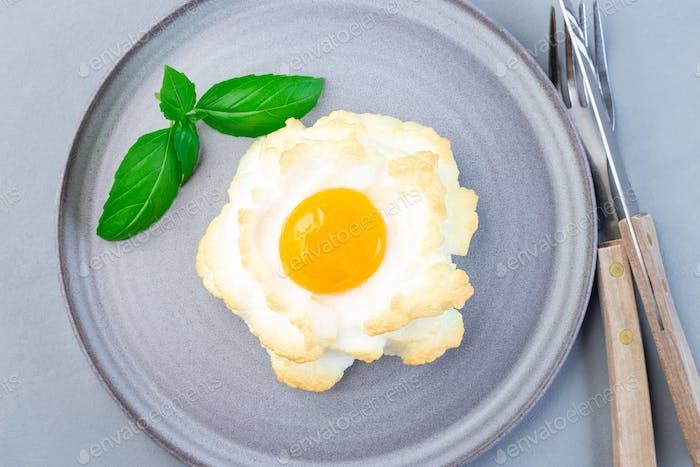 Trendy Wolke oder flauschige Eierschale auf grauer Platte, horizontal, Draufsicht