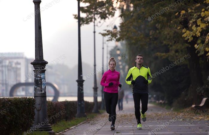 jóvenes pareja trotando