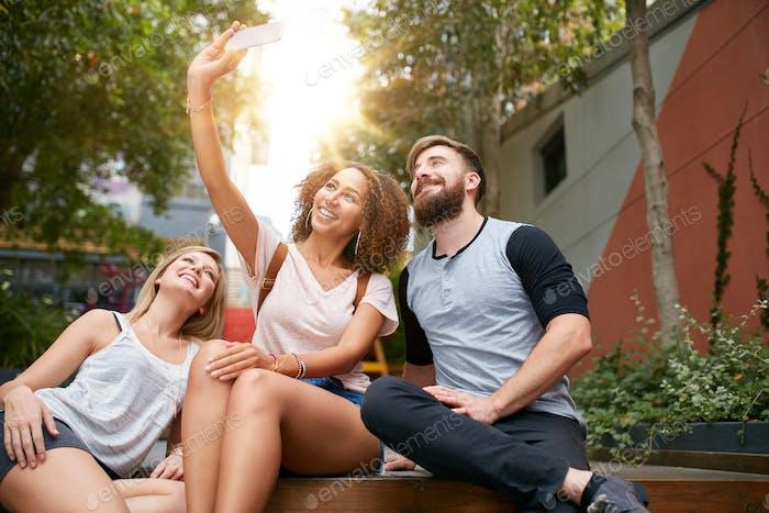 Lächelnd Freunde nehmen selfie mit Smartphone