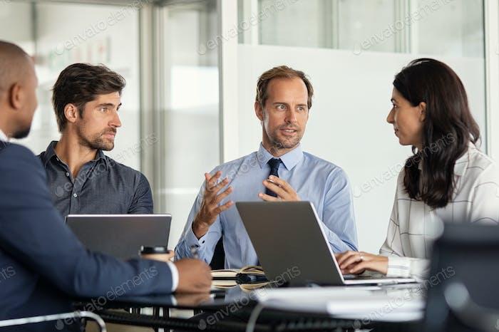 Empresarios multiétnicos en reunión