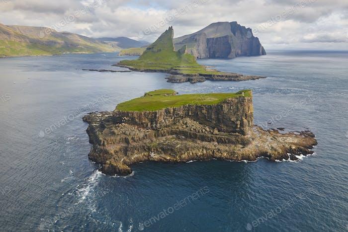 Färöer Inseln dramatisch Küste vom Hubschrauber betrachtet. Vagar Bereich