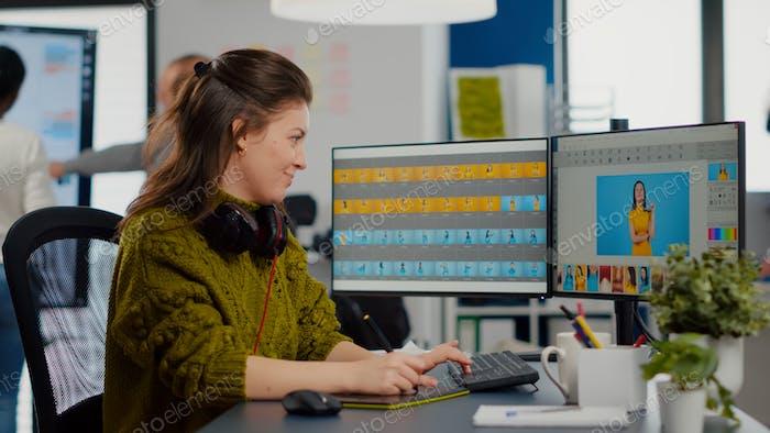 Retocador fotográfico profesional mujer trabajando con activos digitales
