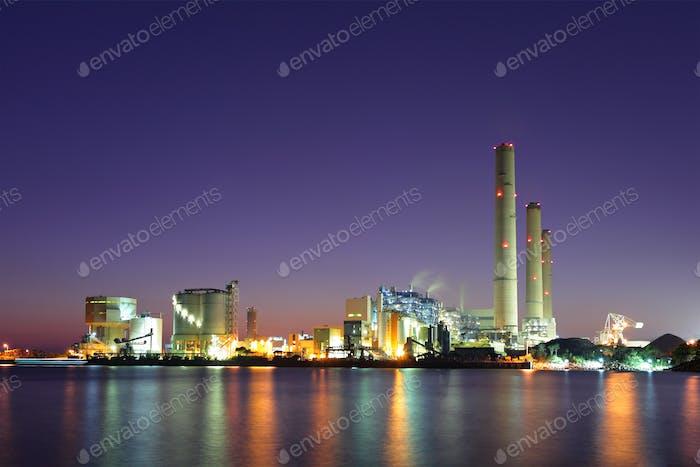 Planta industrial de noche
