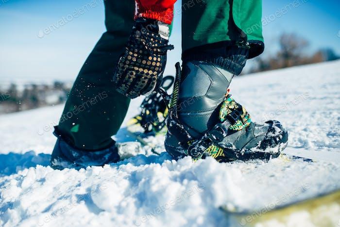Snowboarder Hand befestigt Snowboard-Befestigung