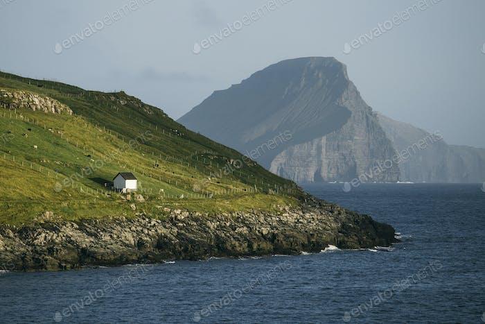 Haus auf der Seite eines Hügels in Färöer Inseln, Dänemark