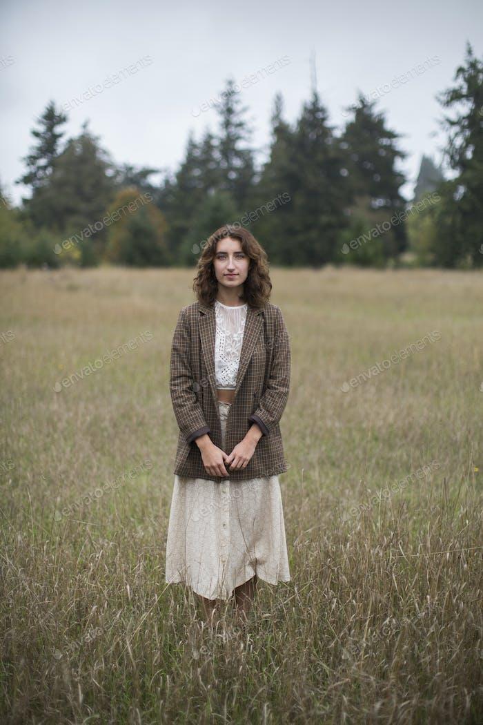 Портрет семнадцатилетней девочки в твидовом блейзере в поле