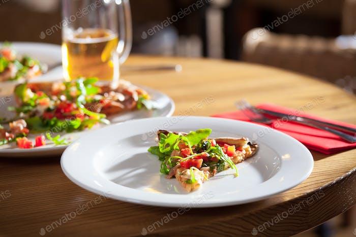 Köstliche Vorspeise auf weißem Teller