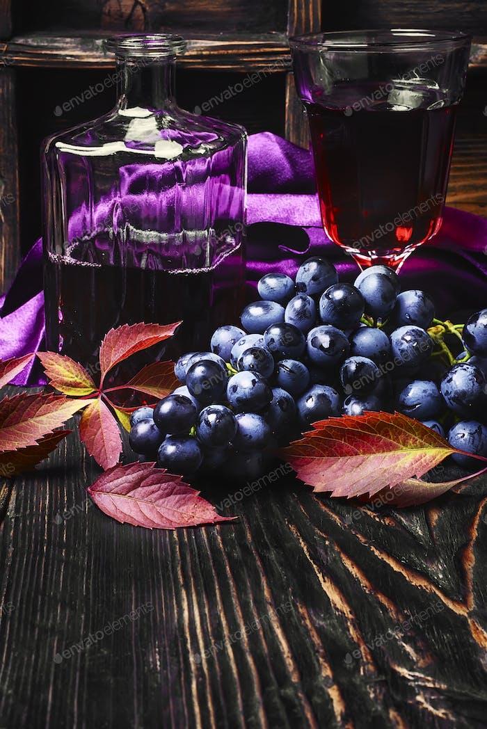 Sekt Rotwein und Trauben