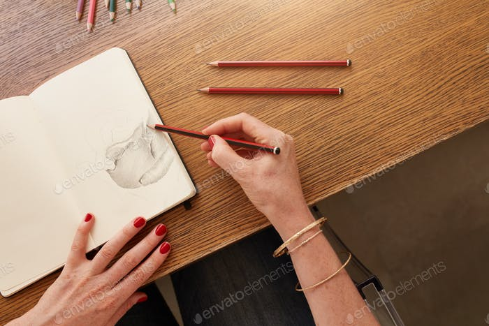 Künstlerin arbeitet mit Bleistift Skizze