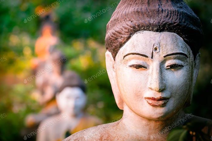 Estatuas de Budas en Loumani Buddha Garden. Myanmar (Birmania)