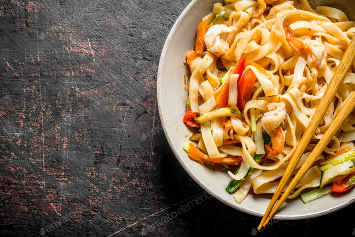 Noodles with shrimp and vegetables.