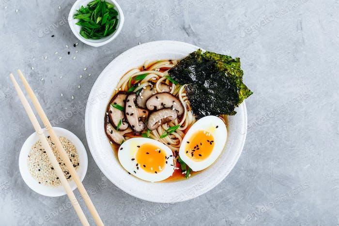 Asiatische vegetarische Udon oder Ramen Nudelsuppe in Schüssel