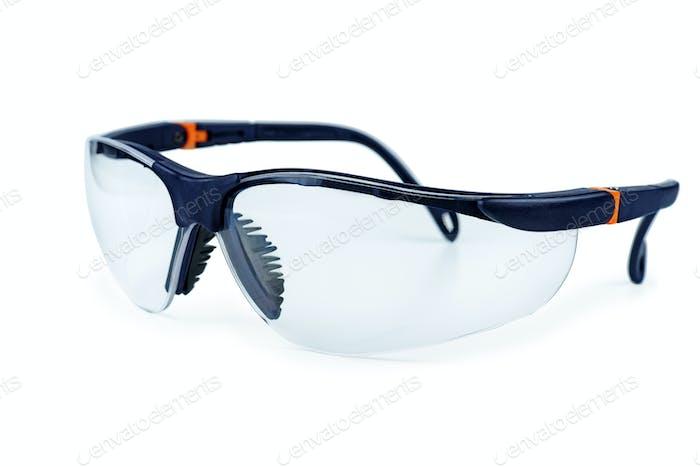 Schutzbrille aus Kunststoff isoliert auf weißem Hintergrund