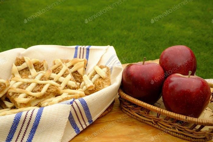Apfelkuchen und rote Äpfel