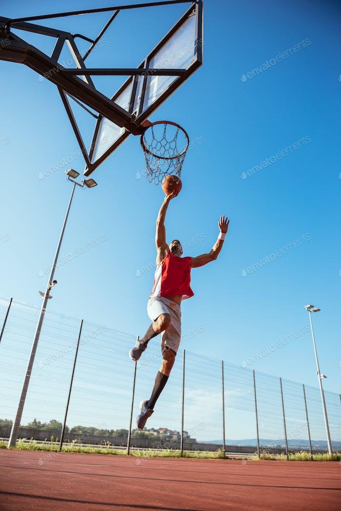 Entrenamiento de baloncesto al aire libre