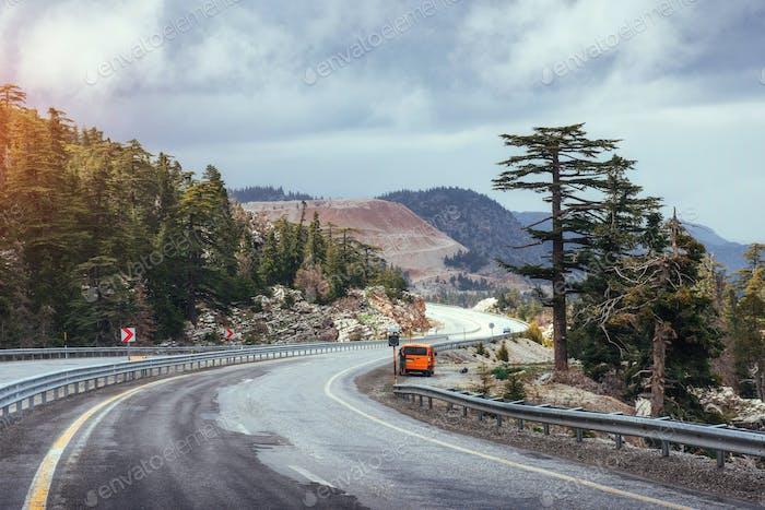 schöne landschaftliche Autobahn in den Bergen. Autofahrten auf Asphaltsurfen
