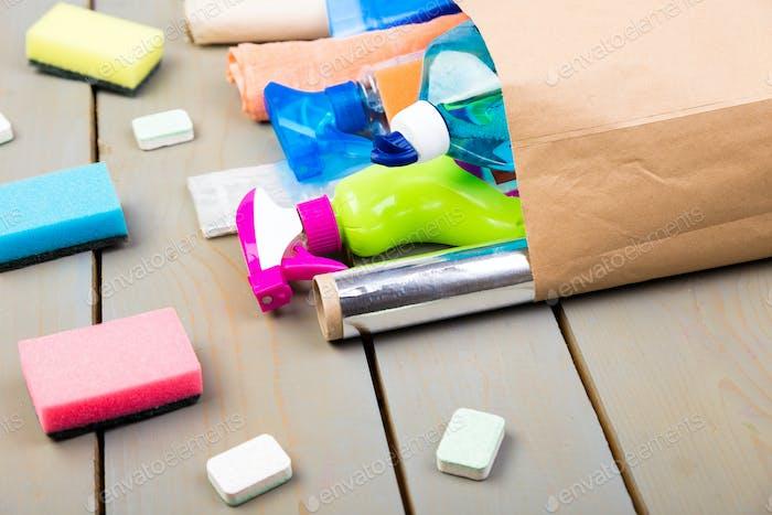 Thumbnail for Vollpapiertasche verschiedener Hausreinigungsprodukte auf Holztisch.