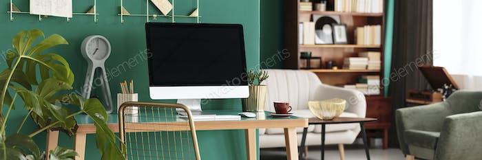 Home-Office-Schreibtisch mit Computer