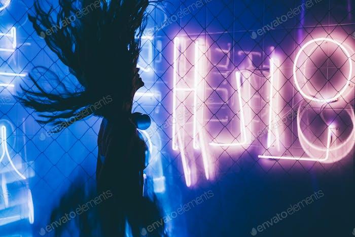 Tanzende Silhouette von Mädchen in einem Nachtclub.