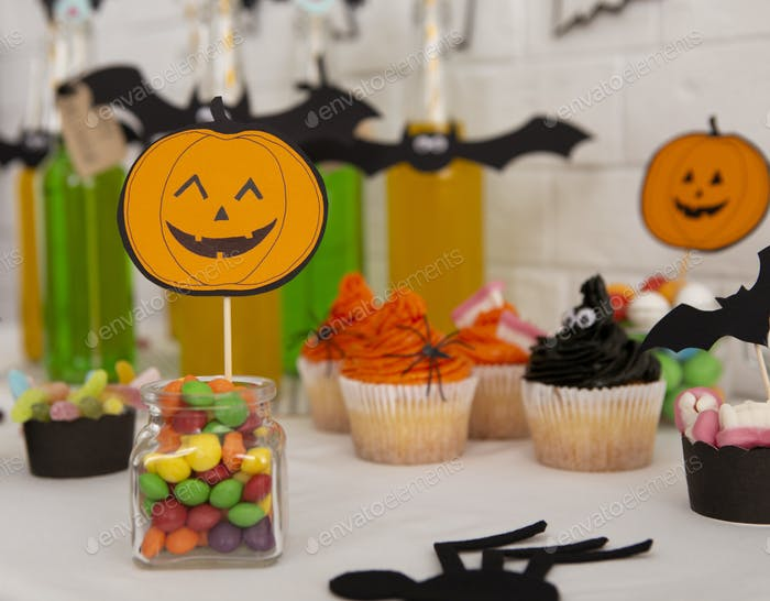 Süße Party mit Getränken und Essen für Kinder