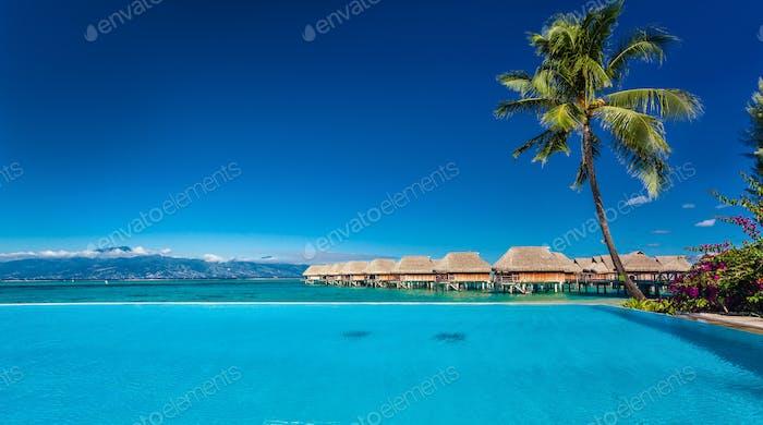 Resort mit Infinity-Pool und Strand, Moorea Island,