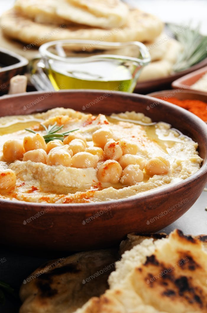 Hummus gekrönt mit Kichererbsen