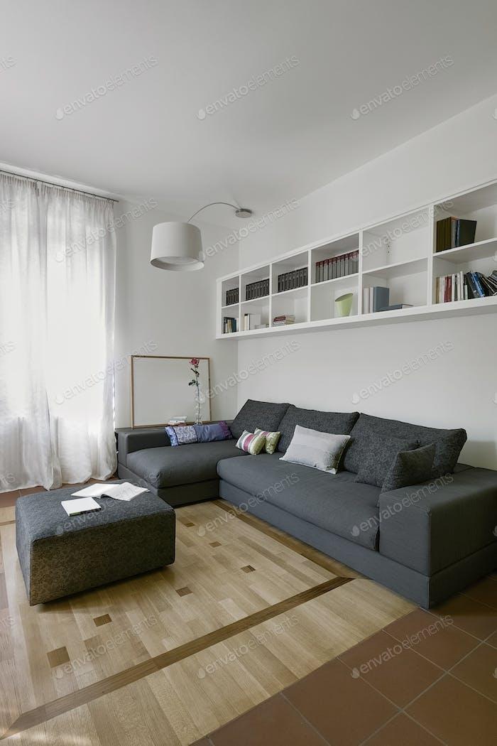 Innenräume eines modernen Wohnzimmers mit Holzboden