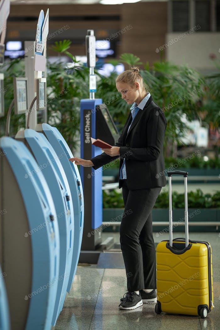 Einfacher und schneller Check-in mit Selbstbedienungsterminals am Flughafen