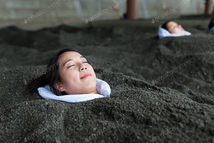 Frau genießen heißen Sand Bad