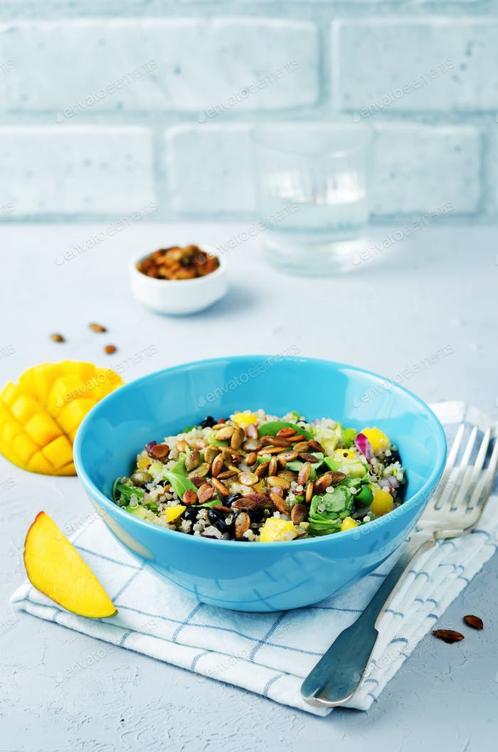 Mango schwarze Bohnen Rucola Kürbiskerne Quinoa Salat