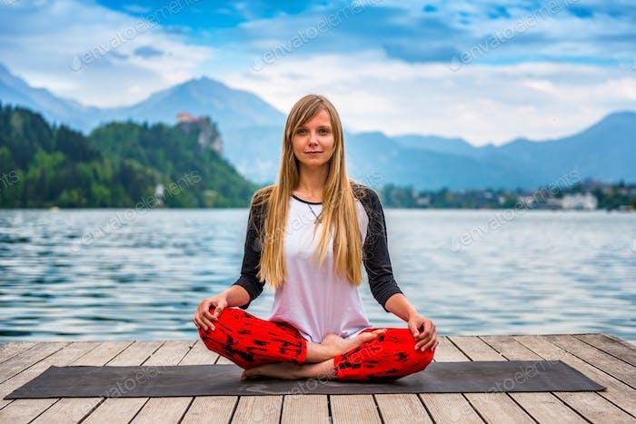 Yoga nature mindfulness lake2  0569 n