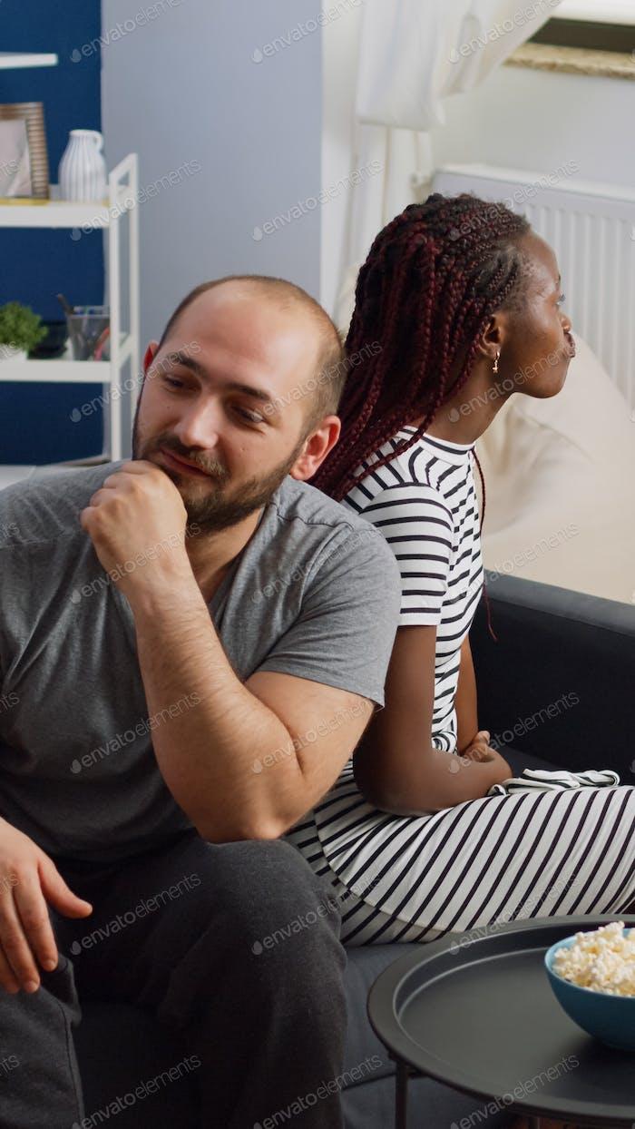 Pareja interracial con disputas y problemas matrimoniales